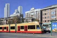 在中止的电车在大连市中心,中国 库存照片