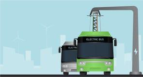 在中止的绿色电公共汽车由放大尺充电 免版税库存图片