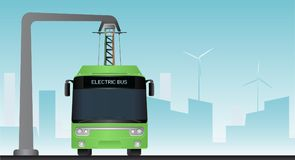 在中止的绿色电公共汽车由放大尺充电 免版税库存照片