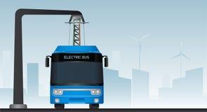 在中止的蓝色电公共汽车由放大尺充电 免版税图库摄影