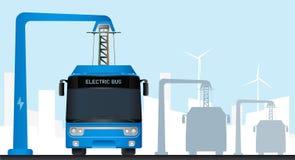 在中止的蓝色电公共汽车由放大尺充电 免版税库存照片