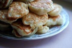 在中立背景堆的浓俄国薄煎饼 库存照片