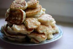 在中立背景堆的浓俄国薄煎饼 库存图片