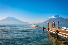 在中途停留的惊人的看法在湖Atitlan游览中在危地马拉 免版税库存照片