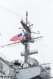 在中途航空母舰的美国国旗 库存照片