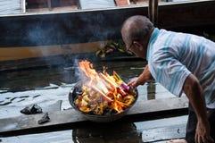 在中间秋天节日期间的人灼烧的鬼魂货币 库存图片