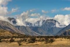 在中间地球岩石,新西兰附近的高山范围 库存图片