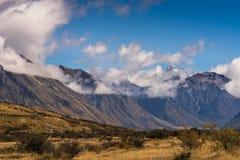 在中间地球岩石,新西兰附近的高山范围 免版税库存照片