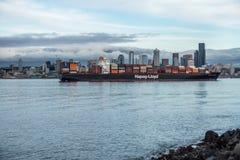 在中间状态的集装箱船 免版税库存照片