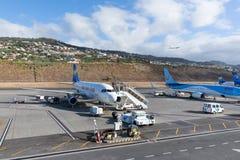 在丰沙尔机场飞行等待的乘客在马德拉岛,葡萄牙 免版税库存图片