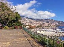 在丰沙尔港口城市全景的看法马德拉岛的在晴天, bl 免版税库存照片