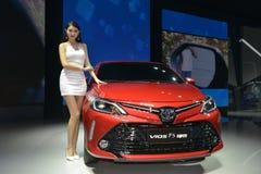 在丰田VIOS FS交谊厅汽车的一个时装模特儿 免版税图库摄影