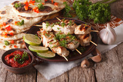 在串、平的面包和酸辣调味品特写镜头的鸡tikka horizo 免版税库存照片