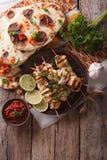 在串、平的面包和酸辣调味品的鸡tikka 垂直的名列前茅v 库存照片