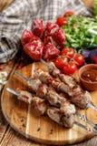 在串特写镜头的烤肉串 在开火烹调的水多的开胃肉 土气 库存照片