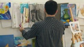 年轻在串的人垂悬的绘画在艺术课 股票录像