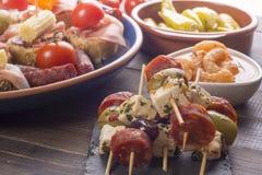 在串的小开胃菜在木桌上 免版税库存图片