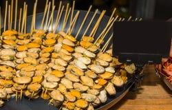 在串的开胃煮熟的淡菜在食物节日 免版税库存照片