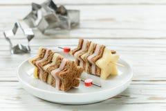 在串的微型三明治乳酪火腿面包以星的形式 免版税库存照片