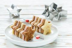 在串的微型三明治乳酪火腿面包以星的形式 库存照片