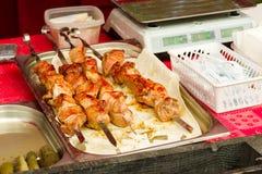 在串的油煎的猪肉在柜台说谎 免版税库存图片