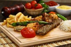 在串的混杂的土耳其烤肉串 免版税库存照片