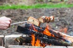 在串的炸面包在火 库存照片