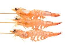 在串的煮熟的大虾 库存图片