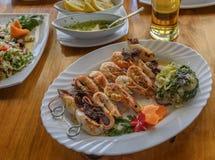 在串的虾 鱼食物荷兰芹牌照烤海运 巴尔干 不同的海鲜和菜开胃菜特写镜头 免版税库存图片