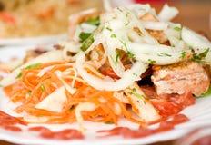 在串的鞭痕kebab有绿色的 库存照片