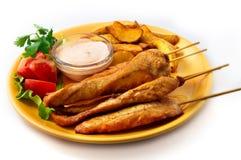 在串的鸡kebab有菜的 库存照片