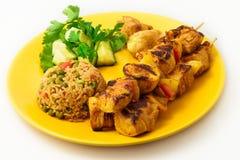 在串的鸡kebab有菜的 免版税库存图片
