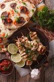 在串的鸡tikka, naan平的面包特写镜头 垂直的上面 库存图片