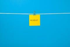 在串的黄色纸板料与文本星期一 图库摄影
