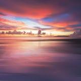 在丹戎阿鲁海滩,婆罗洲的火热的日落 免版税库存图片