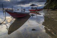 在丹戎aru海滩,纳闽的小船 马来西亚07 库存照片