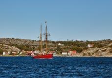 在丹麦旗子下的美丽的老风船 库存照片