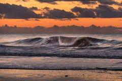 在丹麦海岸线的波浪在日落期间 免版税库存照片