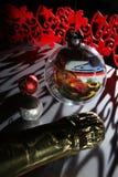 在为圣诞节美妙地装饰的桌上的烛光 库存图片