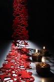 在为圣诞节美妙地装饰的桌上的烛光 免版税库存照片