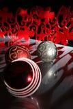 在为圣诞节美妙地装饰的桌上的烛光 图库摄影