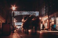 在为圣诞节老街道装饰的看法 库存图片