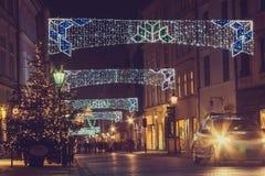 在为圣诞节老街道装饰的看法 免版税库存照片