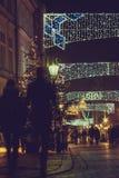 在为圣诞节老街道装饰的看法 免版税库存图片