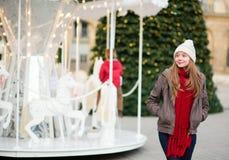 在为圣诞节装饰的一条巴黎人街道上的女孩 库存图片