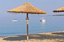 在为您预留的海滩的盖的遮光罩在Sithonia 库存图片