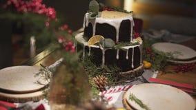 在为新年Noel欢乐大气庆祝装饰的华美的圣诞晚餐桌上的全景接近的视图 影视素材