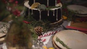 在为新年Noel欢乐大气庆祝装饰的惊人的圣诞节蛋糕饭桌上的全景接近的视图 影视素材