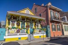 在为狂欢节装饰的法国街区街道上的老殖民地议院在新奥尔良,路易斯安那 库存照片