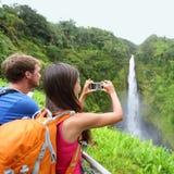 在拍照片的夏威夷的旅游夫妇 图库摄影